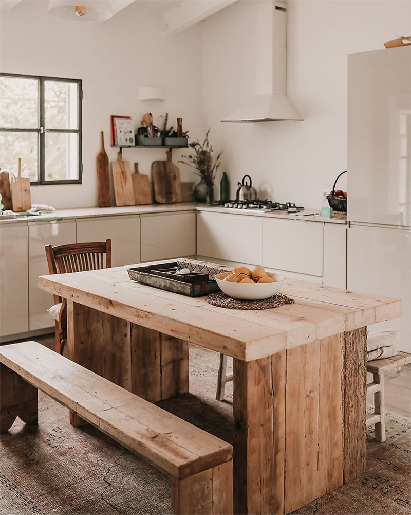 SA Caseta // Cuisine contemporaine basique blanche et table en bois brut