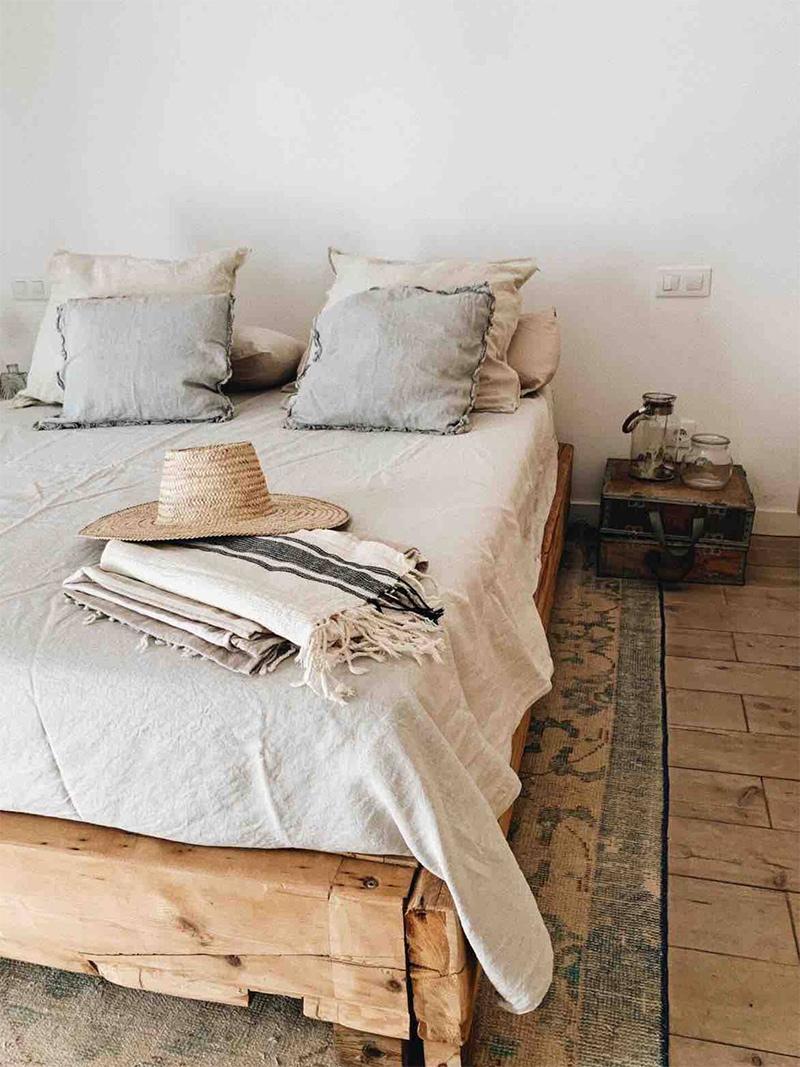 SA Caseta, une maison d'hôtes boho à Majorque // Lit en bois brut et drap en lin