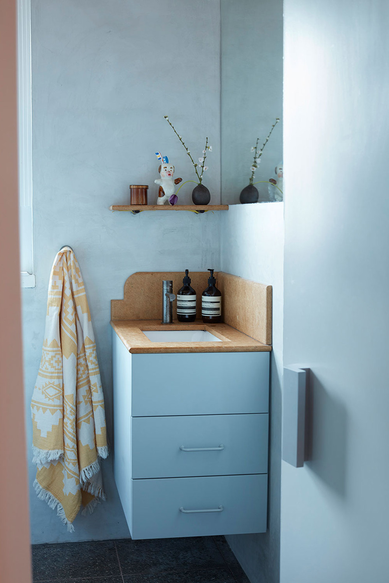 Un petit appartement bien pensé et ultra déco par YSG // Une mini salle de bain bleue