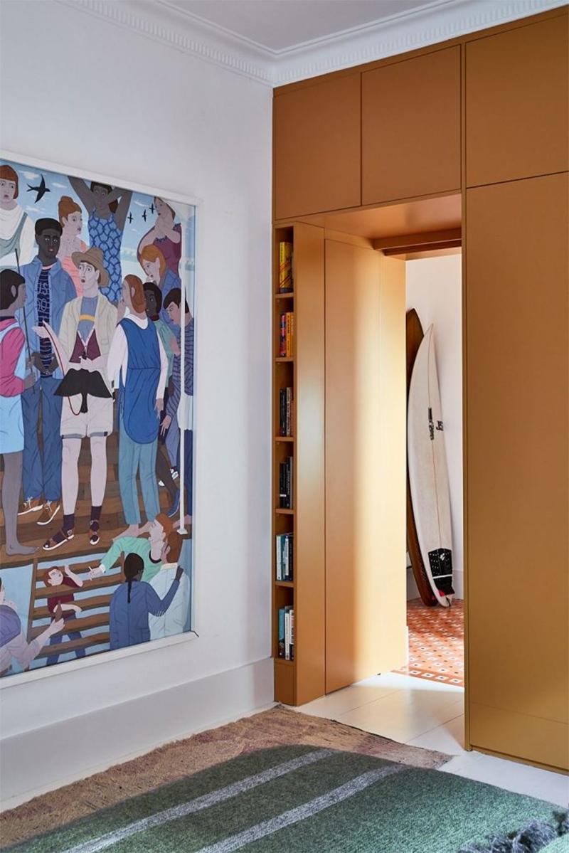 Un petit appartement bien pensé et ultra déco par YSG // Des grands placards tout hauteur aménagés