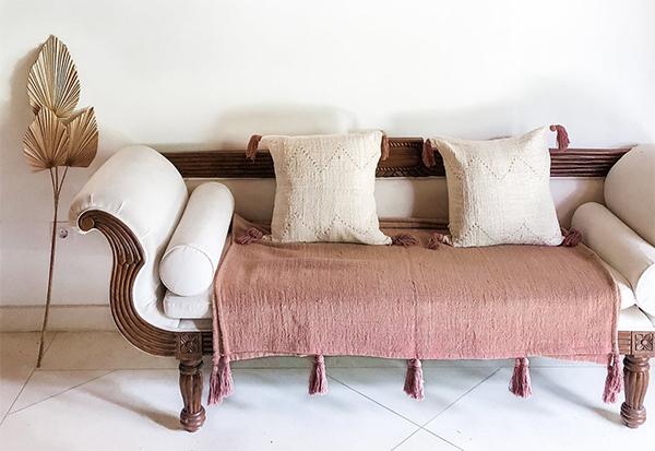 Couverture en coton d'esprit bohème pour jeté de lit ou plaid de canapé de Boho avec pompons, sur la boutique MIRODIN home decor