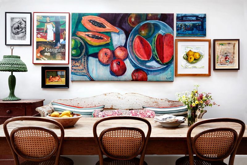 Le cottage londonien de Lonika Chandeun // Table de ferme et chaises en cannage