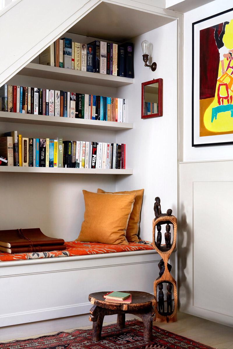 Le cottage londonien de Lonika Chandeun // Bibliothèque et banquette sous l'escalier