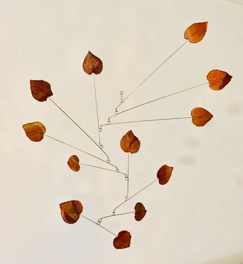 """Mobile cinétique """"feuilles mortes"""" sur la boutique Etsy Floating Art Mobiles."""