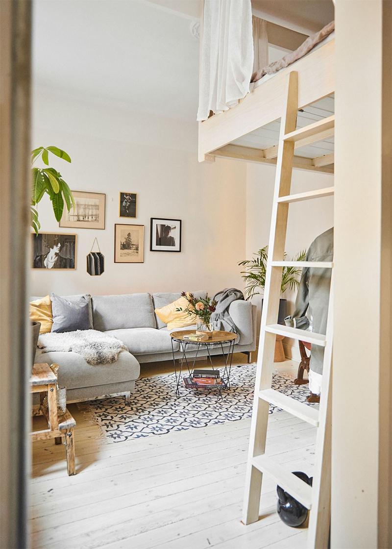 Comment meubler un studio ou un petit espace ? // Un studio avec une mezzanine qui joue la carte du bois clair